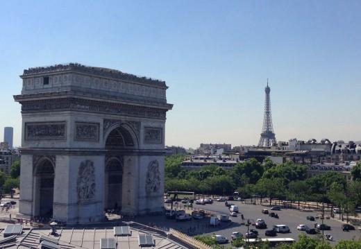 パリ凱旋門とエッフェル塔